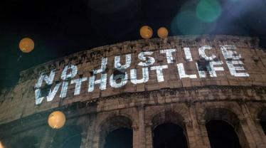 Justice ministers meet as Colosseum lights up to say yes to life